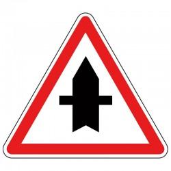 Panneau Intersection avec une route dont les usagers doivent céder le passage