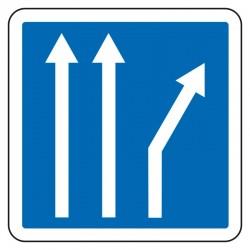 Une des trois voies part à gauche ou à droite